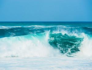 태풍으로 바다에 파도가 몰아치는 모습