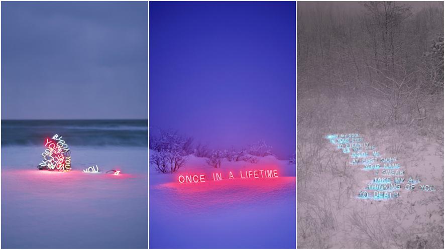 (좌측)눈 쌓인 해안가에 설치 된 네온사인 작품,(중앙)보라빛 하늘 아래, 눈 쌓인 언덕 위로 'ONCE IN A LIFETIME'이라는 문구의 빨간색 네온사인이 설치되어 있다.(우측)눈 쌓인 산위에 앙상한 나무들 사이로 푸른색 네온사인들이 설치되어 있다.