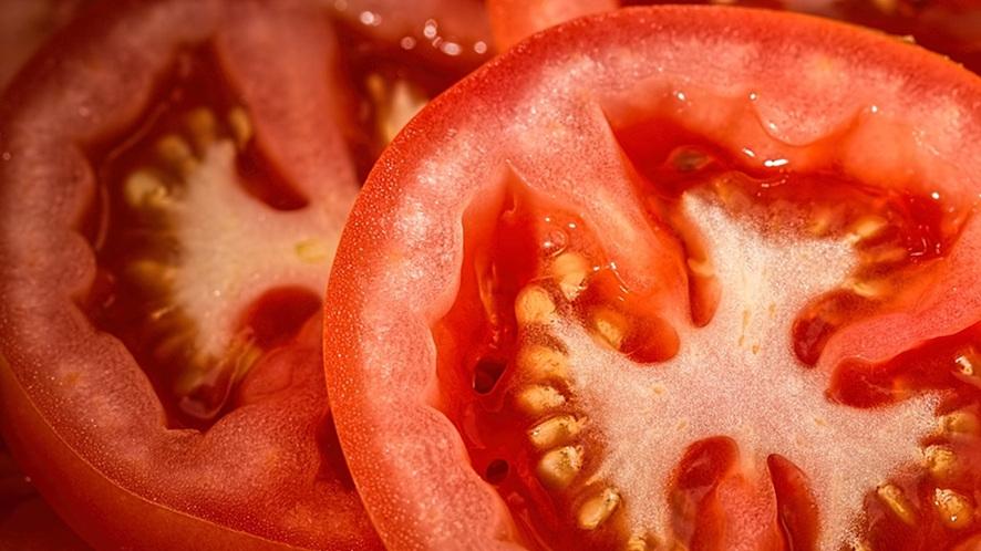 빨간색 토마토를 반으로 잘라 놓은 모양