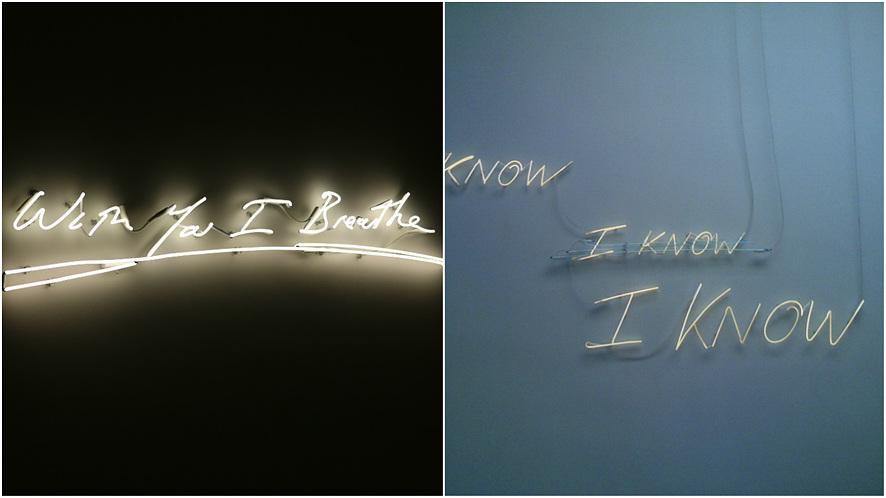 (좌측)어두운 검은 벽에 'With You I Breathe'라는 노랑색 네온사인이 설치되어 있다.(우측)하늘색 벽에 'KNOW I KNOW I KNOW'라는 노랑색 네온사인이 설치되어 있다.