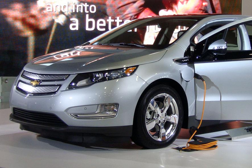 쉐보레 볼트 자동차에 전기 배터리를 충전하고 있다.