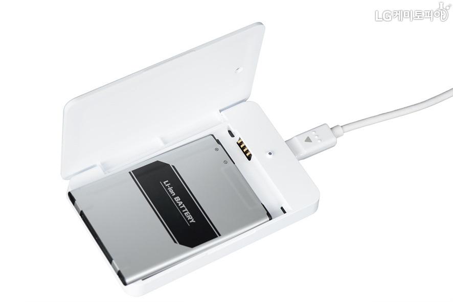 스마트폰 배터리를 케이블로 충전하는 모습