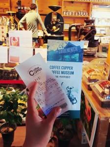 손으로 커피커퍼 커피박물관의 리플렛과 관람권 영수증을 들고 있다.
