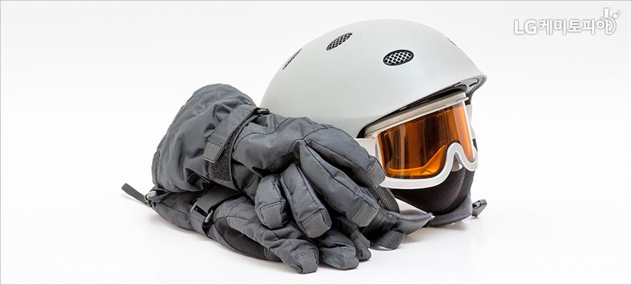 헬멧과 고글, 장갑이 있다.