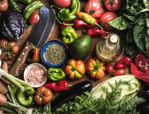 여러가지 과일, 채소, 조미료 등의 식료품이 다양하게 있다.