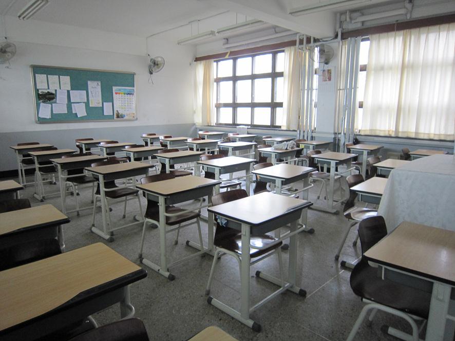 책상과 의자들이 정돈되어 있는 교실 안의 모습