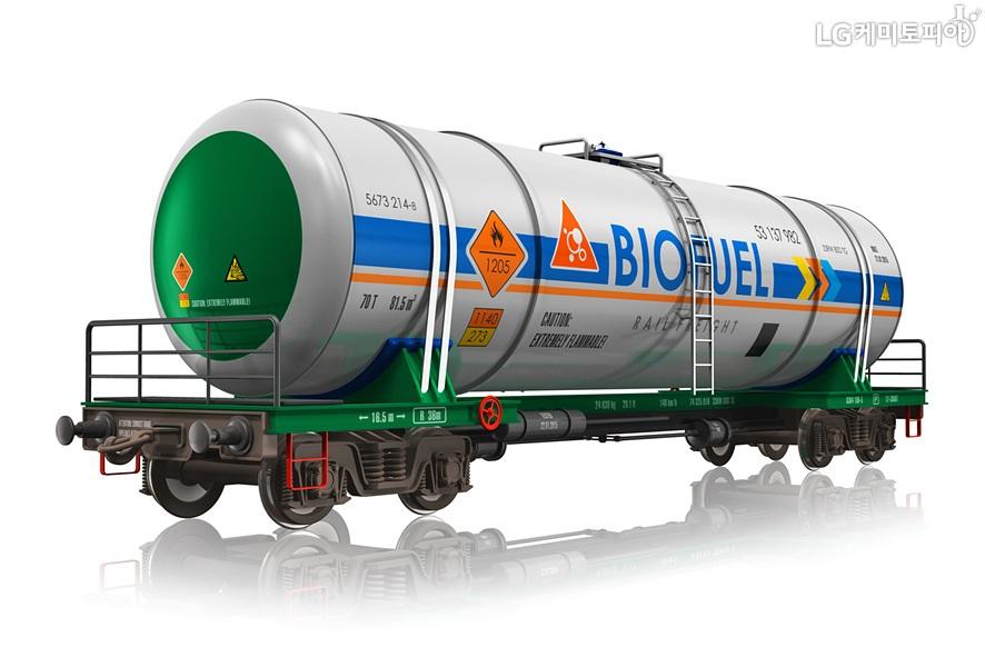 탱크처럼 보이는 것에 화학물질을 운반하고 있다.