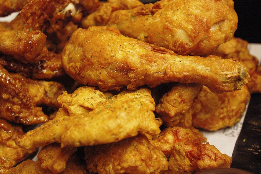 후라이드 치킨이 놓여있다.