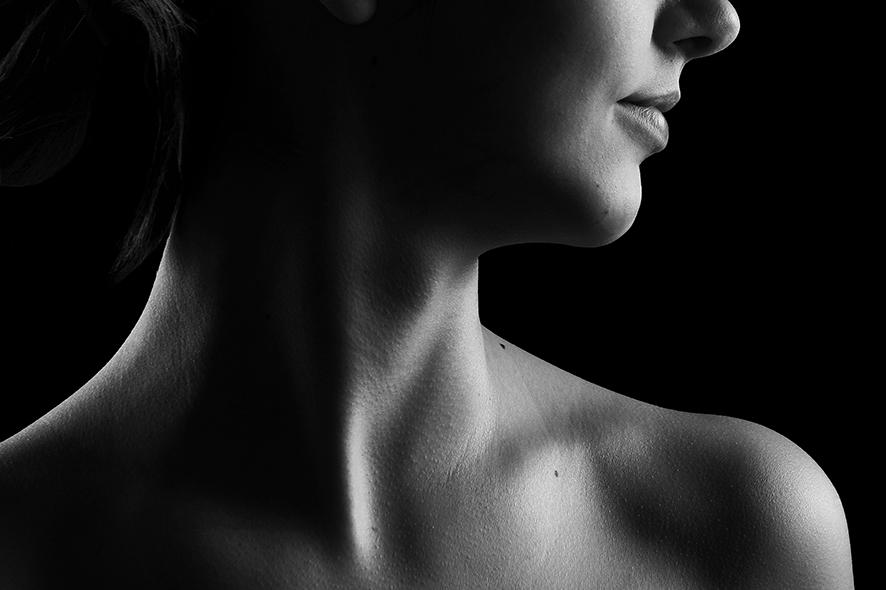 고개를 옆쪽으로 돌리고 있는 여자의 목이 보인다.