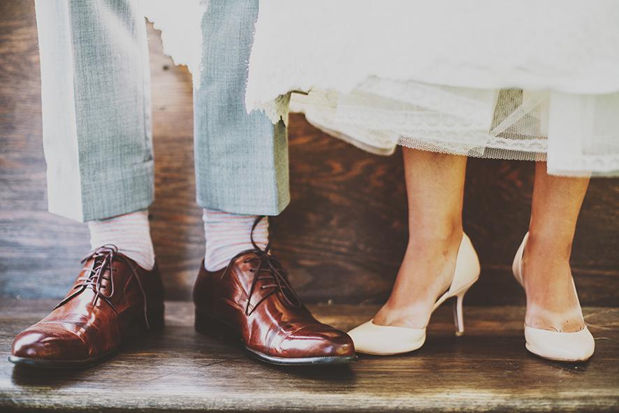 구두를 신은 남녀가 옆으로 나란히 서있고 그들의 발 사진