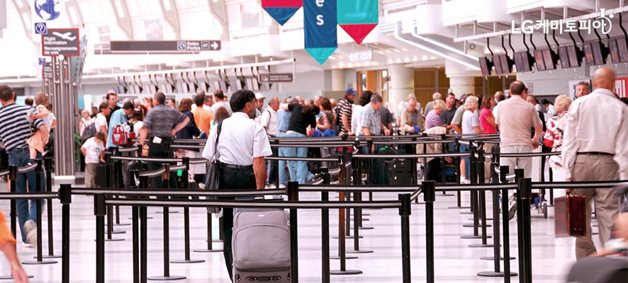 사람들로 붐비는 공항 사진