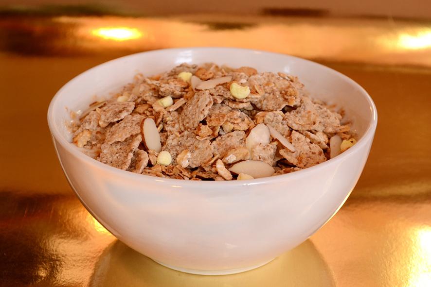 흰색 그릇에 시리얼이 가득 담겨있다.