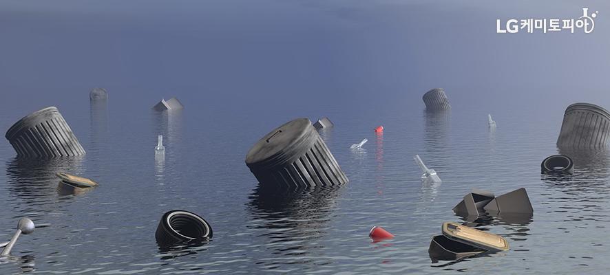 바다에 떠있는 쓰레기들이 보인다.