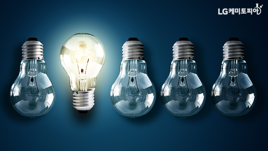 전구 5개가 있고 그 중 1개의 전구에만 불이 켜져있다.
