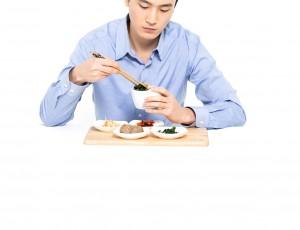 남자가 혼자서 밥을 먹고 있다.