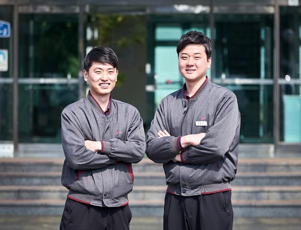 LG화학 생명과학사업본부 담당자 두 분이 포즈를 취하고 나란히 서있다.