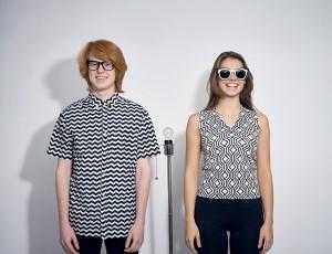 남자는 검정색 뿔테안경을, 여자는 흰 프레임의 선글라스를 끼고 있다.