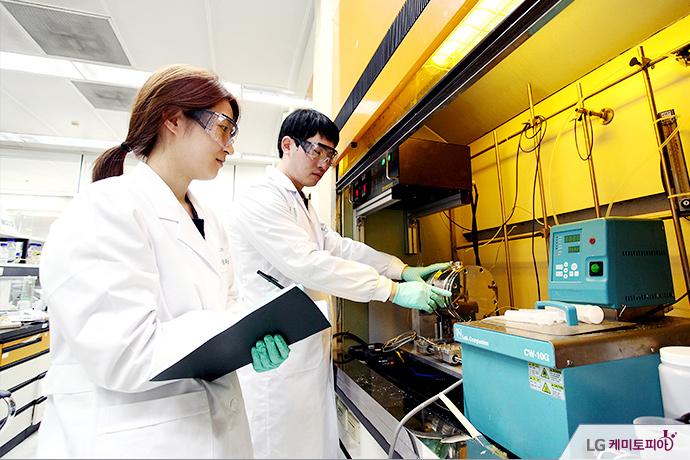 SAP를 연구 실험 중인 LG화학인들