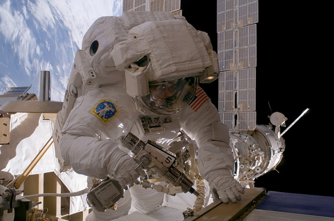 우주복을 입은 우주인이 허블 망원경을 수리하고 있는 장면이다.