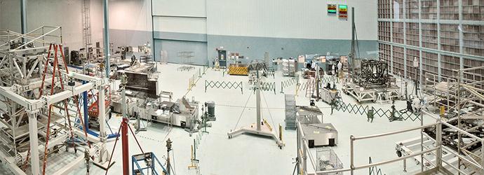 복잡한 기구들이 있는 연구동의 사진이다.
