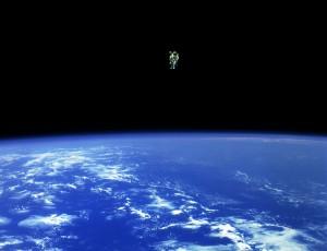 ### 사진 설명 : 새카만 우주 속 파란 지구 위로 떠있는 우주인이 보인다. NASA Goddard 우주비행센터 Flickr(www.flickr.com/photos/gsfc)