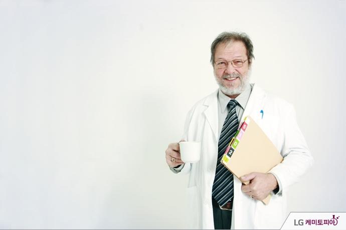 서류와 함께 커피잔을 들고 있는 의사