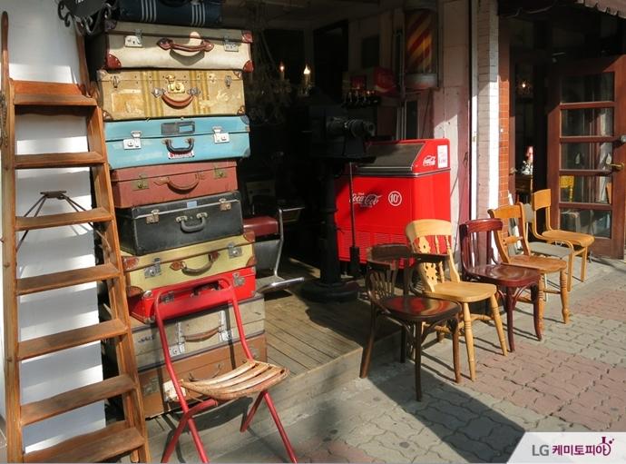 다양한 여행 가방을 진열해 놓은 가구거리의 한 매장