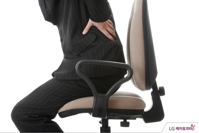 의자에서 일어나다 허리 통증을 느낀 회사원