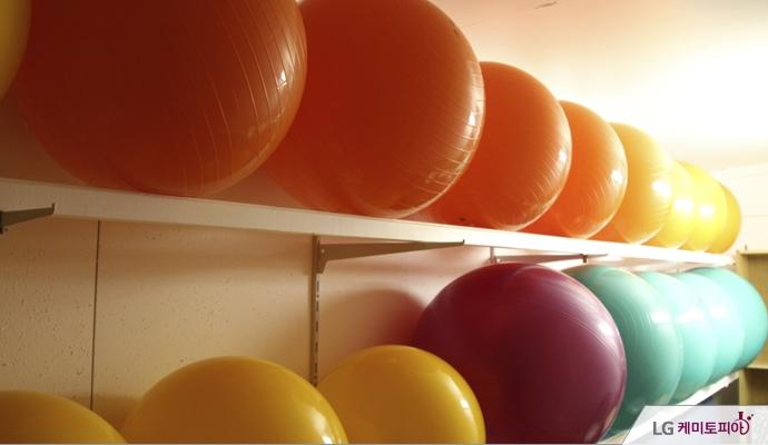 색색의 짐볼들이 2단으로 진열되어 있다.