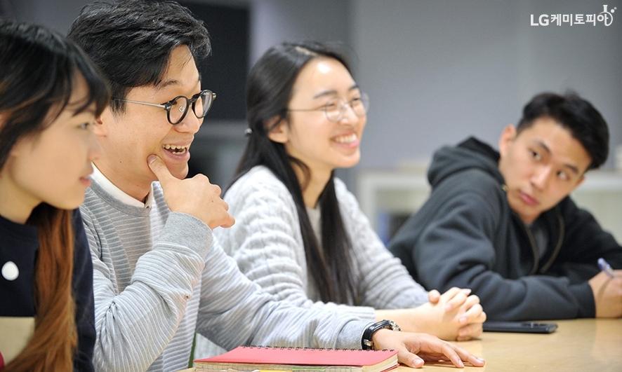 대학생 에디터들과 이야기를 나누는 조재일 사원, 이다호라 사원