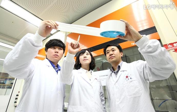 특허받은 배터리 분리막을 살펴보는 LG화학 연구원들