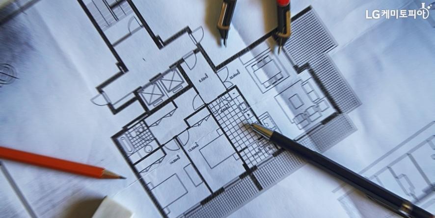 인테리어 디자인을 위해 펼쳐놓은 청사진