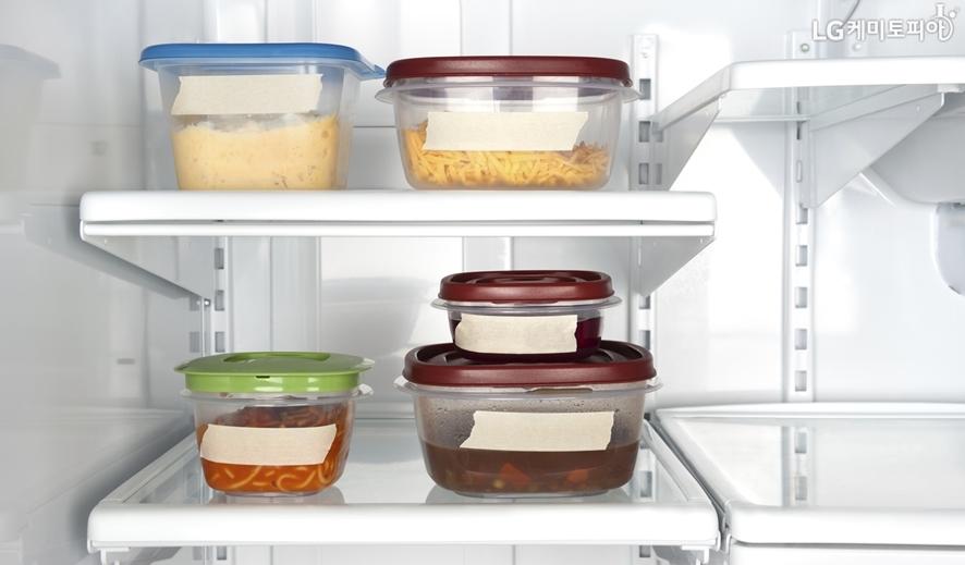 냉장고 속에 나란히 놓여있는 여러 종류의 밀폐용기