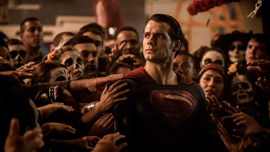 군중에 둘러싸여 하늘을 보는 슈퍼맨 ⓒWarner Bros.