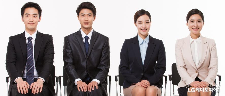 밝은 표정으로 면접에 임하는 남녀 지원자들의 모습