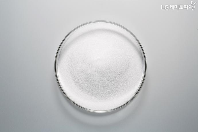 투명한 샬레에 담겨있는 하얀색 PVC 가루