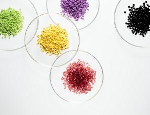화학의 기초소재인 ABS의 모습. 보라색, 노란색, 붉은색, 검정색, 연두색의 ABS가 놓여져 있다.