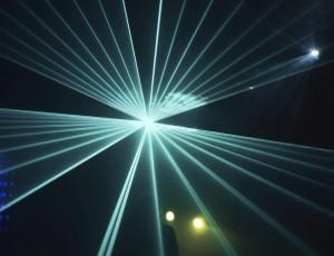 어두운 곳에서 푸른색 레이저 광선이 뿜어져 나오고 있다.
