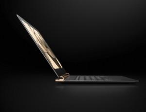 검정색 바탕에 아주 얇은 노트북이 한 대 놓여있다.