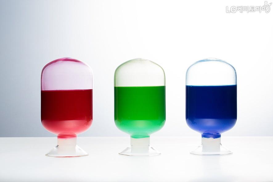 유리병에 들어있는 빨강, 초록, 파랑의 LCD감광재 이미지