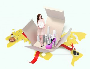세계 지도 위, 한 여자가 뷰티선물박스 안에서 화장품들과 함께 미소짓고 있다.