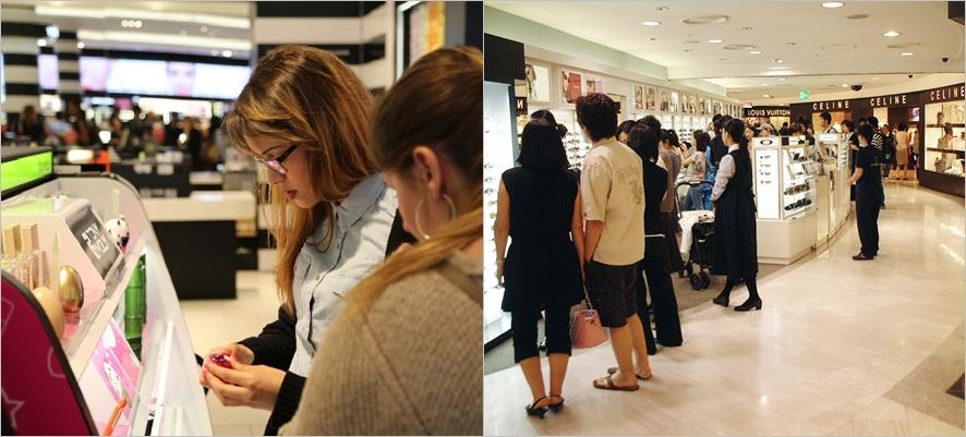 왼쪽부터, 국내 로드샵에서 화장품을 보고 있는 외국인 여성들, 국내 화장품 샵에 모여있는 외국인들의 모습