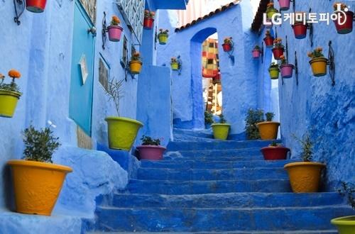 모로코 셰프샤우엔의 푸른색 골목길