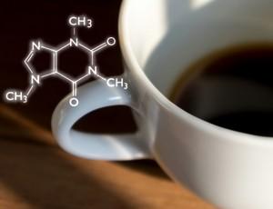 흰색 커피잔에 커피가 담겨있고 왼쪽 상단에 커피 원자들로 구성된 분자가 보인다.