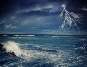 잔뜩 흐린 어두운 하늘에 번개(낙뢰)가 치고 있고 파도는 높게 일고 있다