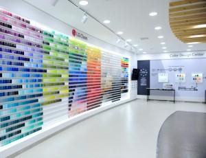 LG화학 익산공장 내, 리뉴얼 CDC(color design center)모습으로 하얀 인테리어 배경에 컬러별 그라데이션 카드가 정렬되어 있다.