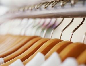 헹거 옷걸이에 옷들이 가지런히 걸려있다.