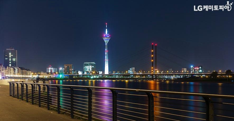독일 뒤셀도르프 도시의 라인강 근처 야경 모습