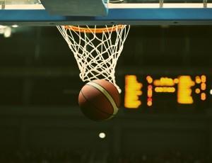 농구공이 농구골대를 통과하고 있다.