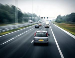 자동차들이 도로 위를 달리고 있다.